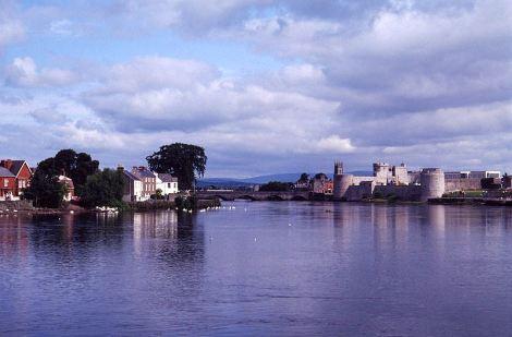 Vista del Río Shannon, con el barrio medieval al fondo.